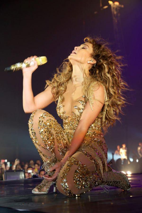 Jennifer Lopez intr-un costum transparent