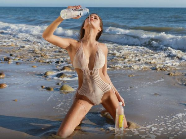 Nadine Vinzens in una din cele mai senzuale reclame la apa minerala